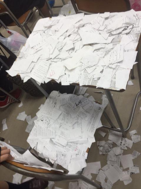 【画像】いじめで飛び降り自殺した女子高生の机と椅子がヤバすぎると話題に