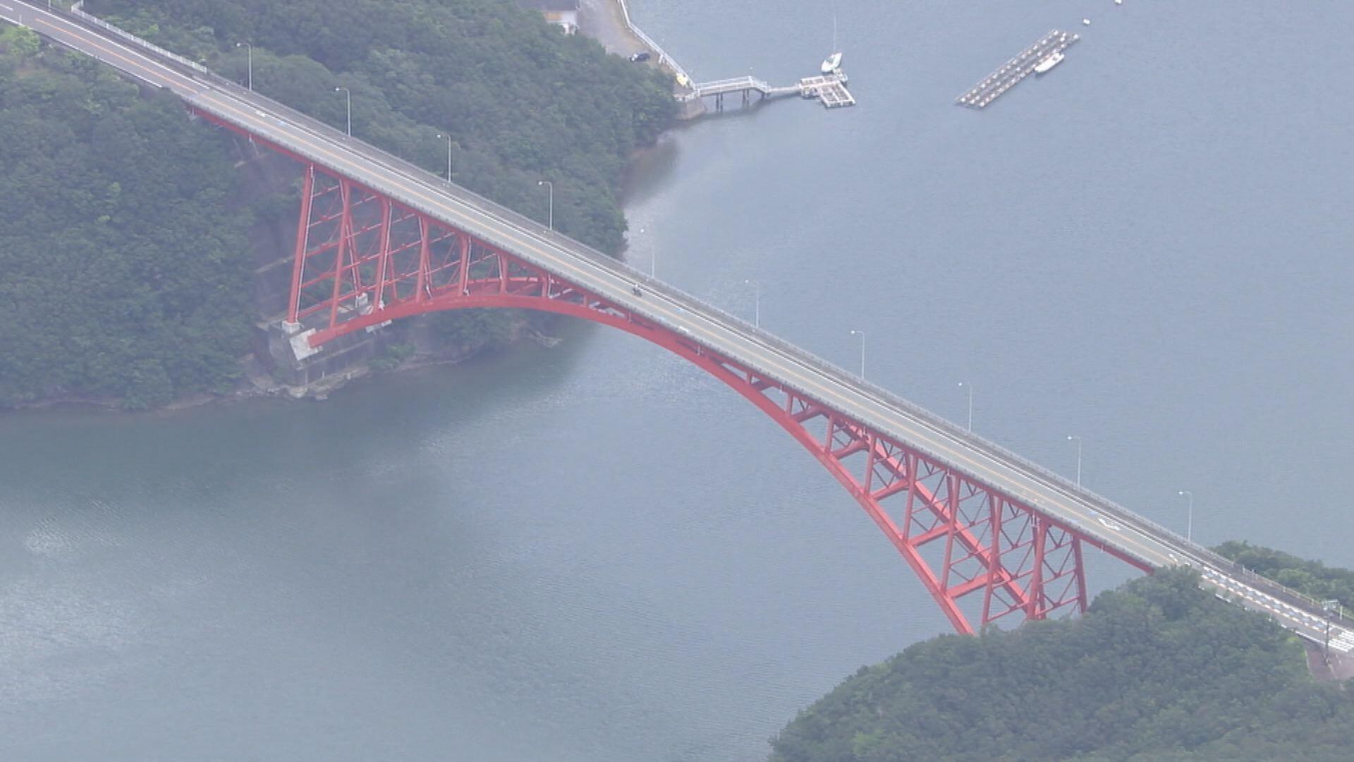 【三重】無免許の通報でパトカー追跡 橋から飛び降りようとする男性…警官4人で止めるも宙づり状態になりズボンが脱げ 40m下の海に落下  [ばーど★]