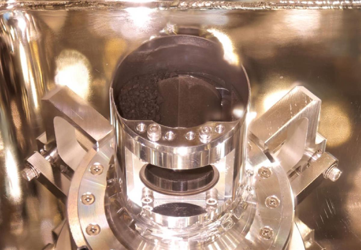 【はやぶさ2】目標をはるかに超える大量の試料採取…JAXA「数ミリの黒い粒がごろごろ、どっさり入っていた」(画像)  [ばーど★]