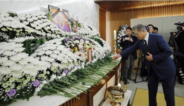 【韓国】 元慰安婦の葬儀で菊を献花した文大統領、「日本皇室の象徴だ」と批判浴びる=ネット 「菊も桜も無くせと?」 [03/24] [荒波φ★]